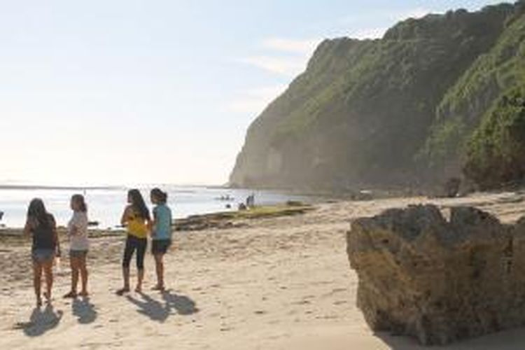 Pengunjung di Pantai Melasti, Kecamatan Kuta Selatan, Badung, Bali.