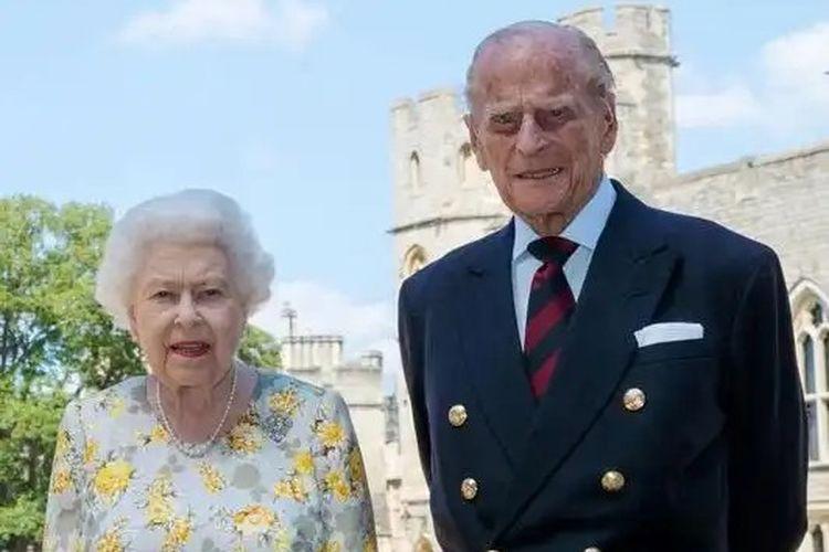 Ratu Elizabeth II bersama Pangeran Philip. Foto ini merupakan foto terbaru yang dirilis Istana Buckinghan bertepatan dengan ulang tahun ke-99 Pangeran Philip.