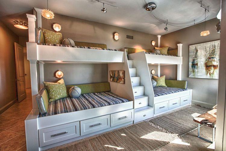 Kamar dengan tempat tidur susun.