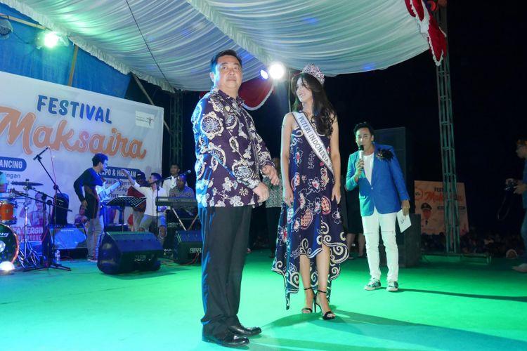 Bupati Kepulauan Sula Hendrata Thes (Kiri) dan Puteri Indonesia 2018 Sonia (kanan) menggunakan batik khas Sula, bernama Xoela dalam acara puncak Festival Maksaira 2018 di Kepulauan Sula, Maluku Utara, Minggu (15/4/2018).