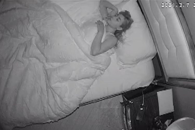 Tangkapan layar dari bukti video bahwa Kelly Andrade yang bekerja sebagai pengasuh anak, direkam diam-diam dengan kamera tersembunyi di detektor asap kamar oleh majikannya, Michael Esposito. Kasus ini terjadi di New York, Amerika Serikat.