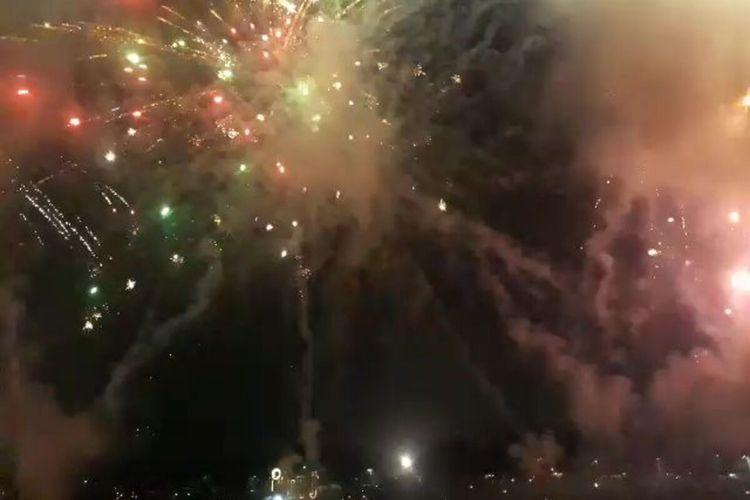 Pertunjukan kembang api dalam perayaan tahun baru di Danau Arsipel, Taman Mini Indonesia Indah (TMII), Jakarta Timur, Rabu (1/1/2020).