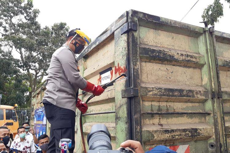 Kendaraan ODOL atau over dimension and over loading dipotong fisiknya oleh Kementerian Perhubungan sebagai peringatan terhadap para pemilik angkutan berlebih, pada Jumat (29/1/2021) di Terminal Alam Barajo, Kota Jambi. Pemotongan kendaraan ODOL akan dilakukan di semua wilayah di Indonesia.