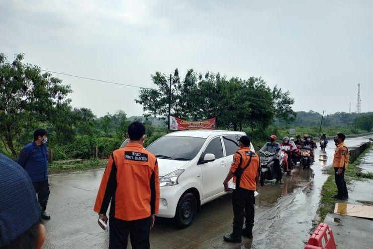 Sejumlah pengendara yang nekad mudik dipaksa untuk putar balik di pos sekat Adiyasa-Maja, Kabupaten Tangerang, Kamis (6/5/2021)