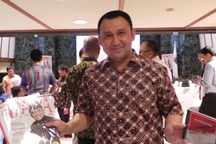 Kepala Biro Pendidikan, Mental, dan Spiritual DKI Jakarta Hendra Hidayat saat memperlihatkan souvenir yang dibagikan saat nobar debat pasangan calon gubernur-wakil gubernur DKI Jakarta, Jumat (13/1/2017).