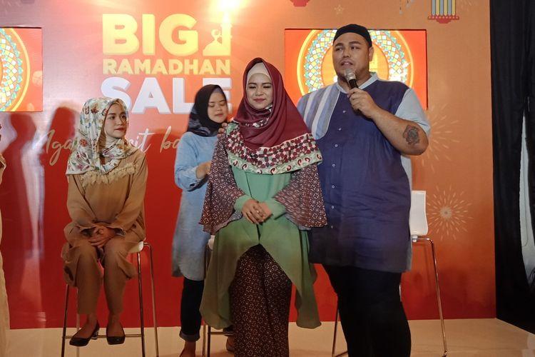 Desainer Ivan Gunawan menunjukkan model pertama pemakaian hijab segiempat, di Jakarta, Kamis (24/5/2018).