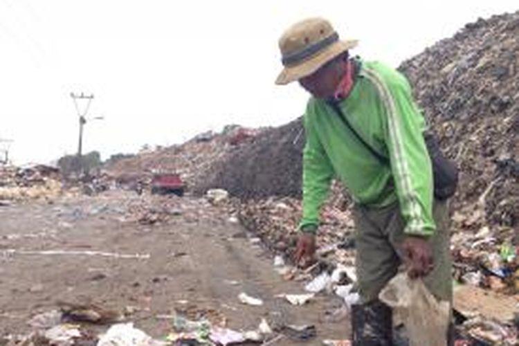 Sono (44) terlihat sedang memilah sampah di Tempat Penampungan Sampah Terpadu (TPST) Bantar Gebang pada Rabu (4/11).