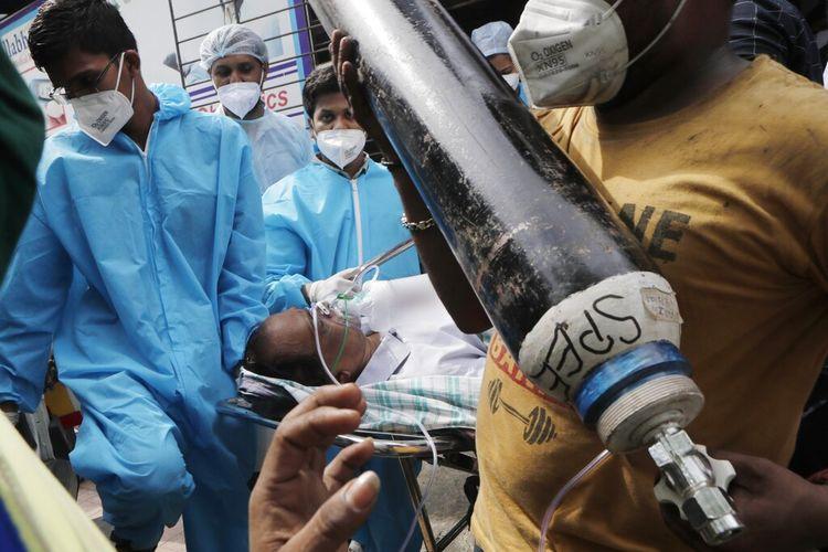 Foto pada 23 April 2021 menunjukkan tim medis membawa pasien setelah kebakaran di Rumah Sakit Covid-19 Vijay Vallabh di Virar, dekat Mumbai, India. Saat ini, India berjibaku melawan gelombang kedua virus corona yang begitu cepat penularannya.