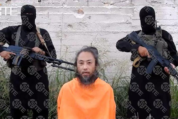 Dalam video yang dirilis pada 31 Juli 2018, terlihat warga Jepang Yasuda Jumpei berlutut mengenakan pakaian terusan oranye dengan dua orang bersenjata di belakangnya.