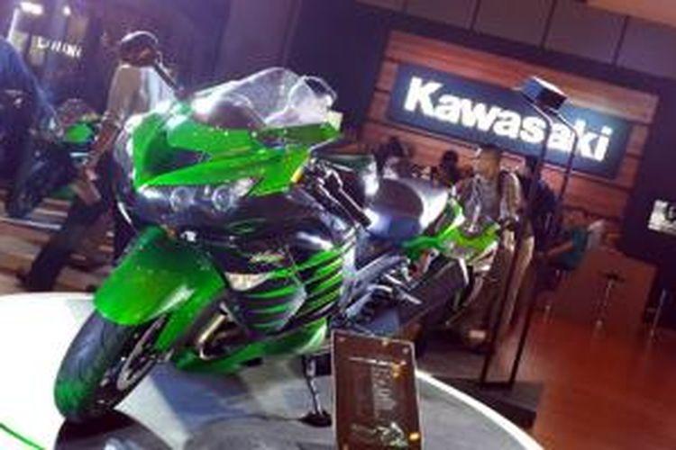 Kawasaki ZX-14R Ohlins menjadi andalan Kawasaki Motor Indonesia sebagai penarik perhatian di IMoS 2014.