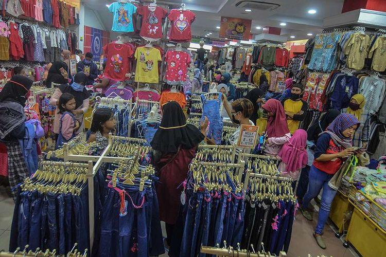 Calon pembeli memilih baju di pusat penjualan pakaian di Kabupaten Ciamis, Jawa Barat, Jumat (15/5/2020). Meski sudah diterapkan Pembatasan Sosial Berskala Besar (PSBB) Provinsi Jawa Barat sejak sepekan terakhir, namun menjelang lebaran toko pakaian ramai dikunjungi orang yang ingin membeli kebutuhan untuk perayaan Idul Fitri 1441 H.