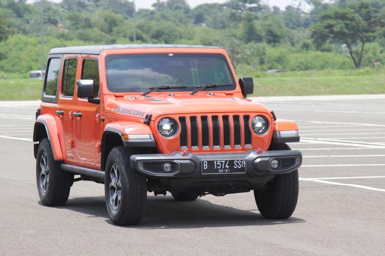 Jeep Wrangler Rubicon Unlimited dijajal di area perkotaan. Kemampuan jelajah Jeep legendaris ini memuaskan di kendarai harian