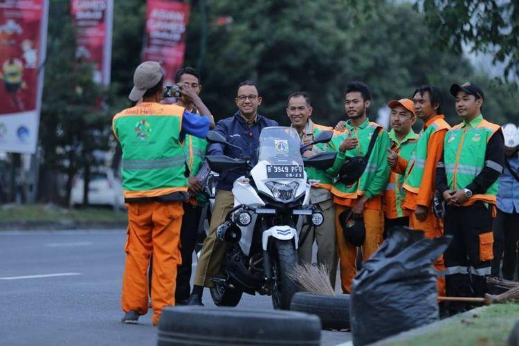 Gubernur DKI Jakarta Anies Baswedan menyapa para petugas PPSU dalam kegiatan inspeksinya, Senin (20/8/2018). Tampak ia mengendarai Kawasaki Versys-X 250 Tourer milik Dinas Perhubungan DKI Jakarta.