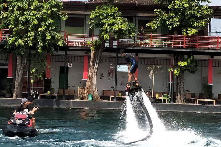 Wahana flying board di Umbul Ponggok, Klaten, Jawa Tengah