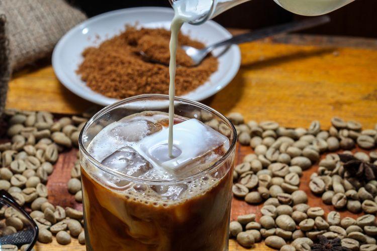 Ilustrasi kopi kekinian dicampur gula aren cair.