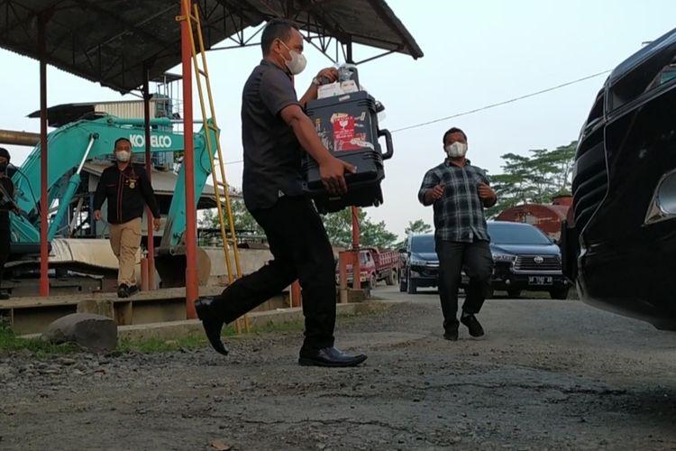 Petugas KPK mengangkut koper dari sebuah pabrik pengolahan aspal di Desa Panaruban, Kecamatan Kaligondang, Kabupaten Purbalingga, Jawa Tengah, Rabu(11/8/2021).