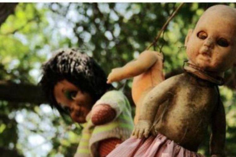 Menurut cerita rakyat setempat, boneka-boneka di pulau ini kerasukan dan bisa saling berbisik.