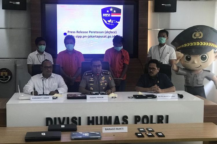 Kasubdit I Direktorat Tindak Pidana Siber Bareskrim Polri Kombes Reinhard Hutagaol (paling kiri) saat konferensi pers di Gedung Humas Mabes Polri, Jakarta Selatan, Senin (13/1/2020).