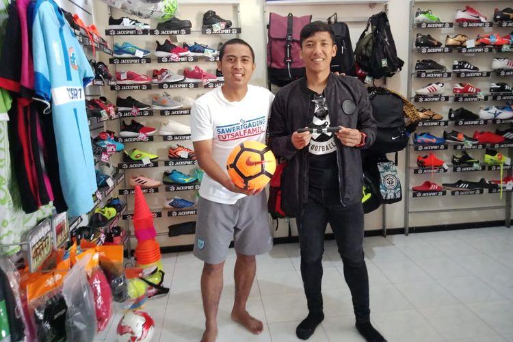 Mantan pemain PSS Sleman yang memiliki toko olahraga di Malang foto bersama Achmad Bustomi.