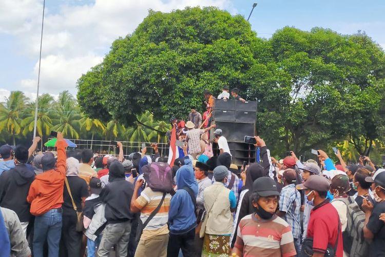 Demonstran pendukung wakil bupati Jember KH Abdul Muqit Arief saat menggelar aksi Selasa (22/12/2020)