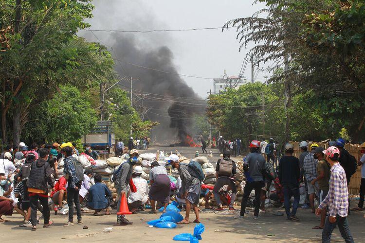 Pengunjuk rasa di Myanmar kembali ke jalan pada Minggu (28/3/2021), hanya sehari setelah pasukan keamanan menewaskan lebih dari 100 orang di hari paling berdarah sejak kudeta militer bulan lalu.