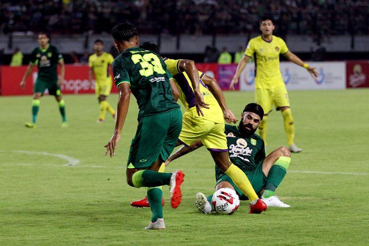 Pemain asing Persebaya Surabaya, Aryn Williams mengganggu pemain Persik Kediri yang membawa bola pada pekan 1 Liga 1 2020 yang berakhir dengan skor 1-1 di Stadion Gelora Bung Tomo Surabaya, Jawa Timur, Sabtu (29/02/2020) malam.