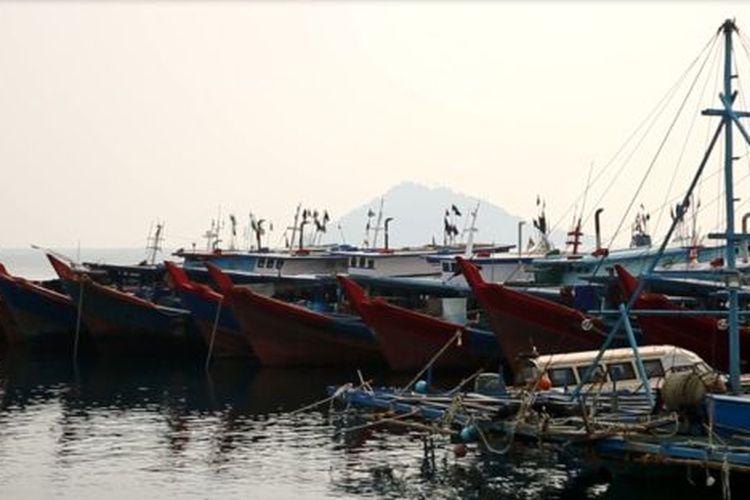 Kapal ikan dari Tanjung Balai Karimun sedang bersandar di SKPT Selat Lampa, Kabupaten Natuna