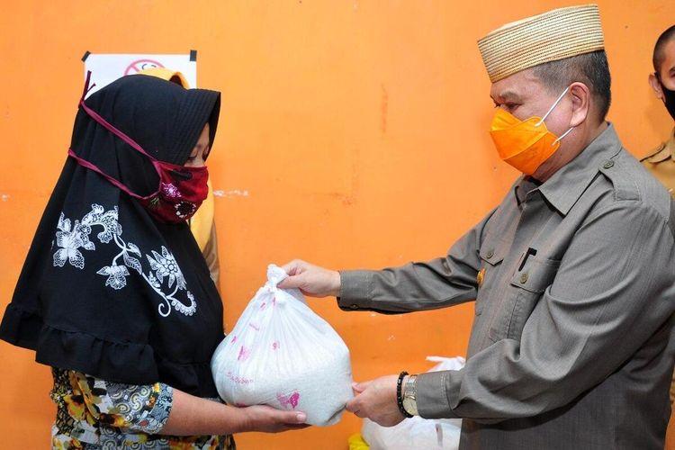Wakil Gubernur Idris Rahim menyerahkan bantuan pangan kepada salah seorang warga terdampak Covid-19. Pemerintah Provinsi Gorontalo telah menggelontorkan 6 ton beras Cadangan Pangan Pemerintah Daerah (CPPD) kepada masyarakat.