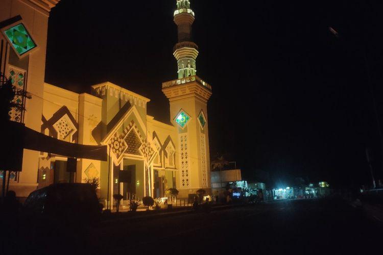 Masjid Agung di tengah pemadaman lampu jalan kawasan Alun-alun Kota Tegal, Jawa Tengah, Jumat (17/3/2020).