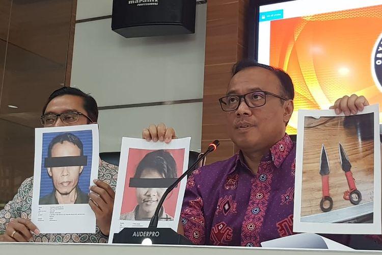 Kepala Biro Penerangan Masyarakat Divisi Humas Polri Brigjen (Pol) Dedi Prasetyo menunjukkan foto pelaku penusukan Menkopolhukam Wiranto SA, FA, serta senjata yang digunakan dalam konferensi pers di Mabes Polri, Jumat (11/10/2019).