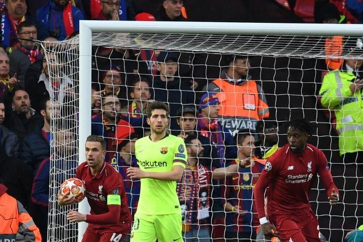 Jordan Henderson langsung bereaksi memungut bola seusai Divock Origi mencetak gol pada pertandingan Liverpool vs Barcelona dalam semifinal Liga Champions di Stadion Anfield, 7 Mei 2019.