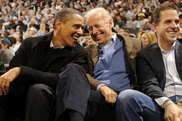 Presiden AS Barack Obama, Wapres Joe Biden dan putranya, Hunter Biden saat sedang menyaksikan sebuah pertandingan basket di Washington DC.
