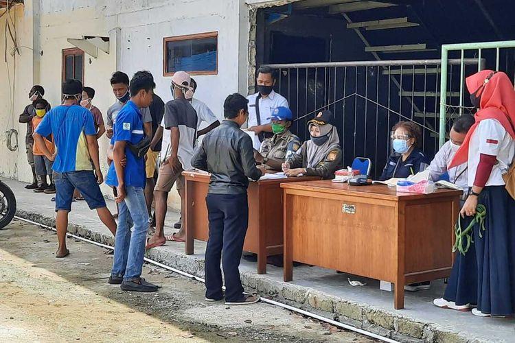Para pelanggar yang terjaring operasi yustisi penggunaan masker sedang antri membayar denda, Kota Jayapura, Papua, Rabu (16/9/2020)