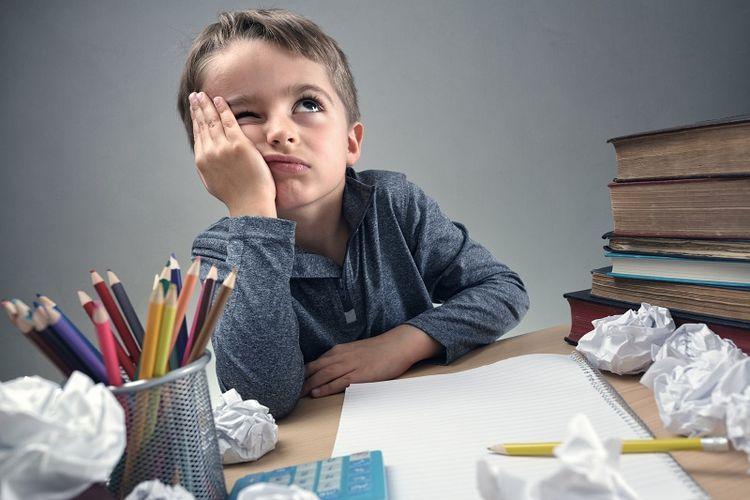 Seorang anak sedang mengerjakan pekerjaan rumahnya.