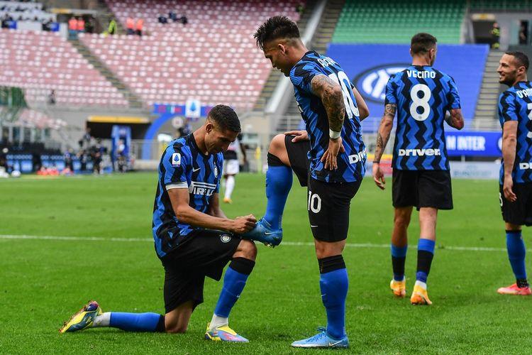 Penyerang Inter Milan Lautaro Martinez merayakan gol ke gawang Udinese pada laga pamungkas Serie A di Stadion Giuseppe Meazza, Minggu (23/5/2021) malam WIB.