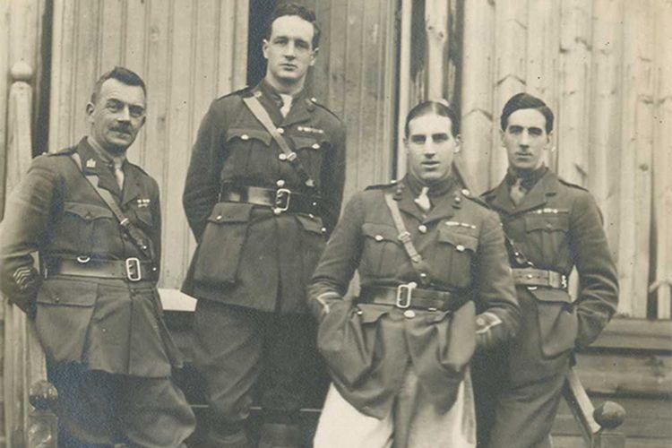Oficiales involucrados en la selección de un soldado desconocido, incluido el capitán Cecil Smith (segundo a la izquierda), 1920