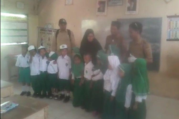 Siswa sebuah madrasah di Polewali Mandar, Sulbar, histeris saat petugas kesehatan datang untuk melakukan imunisasi campak. Mereka ketakutan dengan jarum suntik. Para guru pun menenangkan mereka, Selasa (4/9/2019)