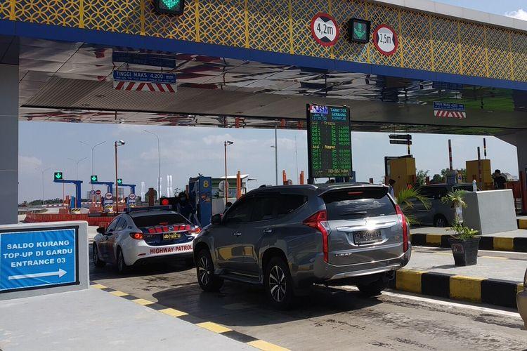 Sejumlah kendaraan melintas di Gerbang Tol Ngemplak ruas tol Solo-Ngawi.