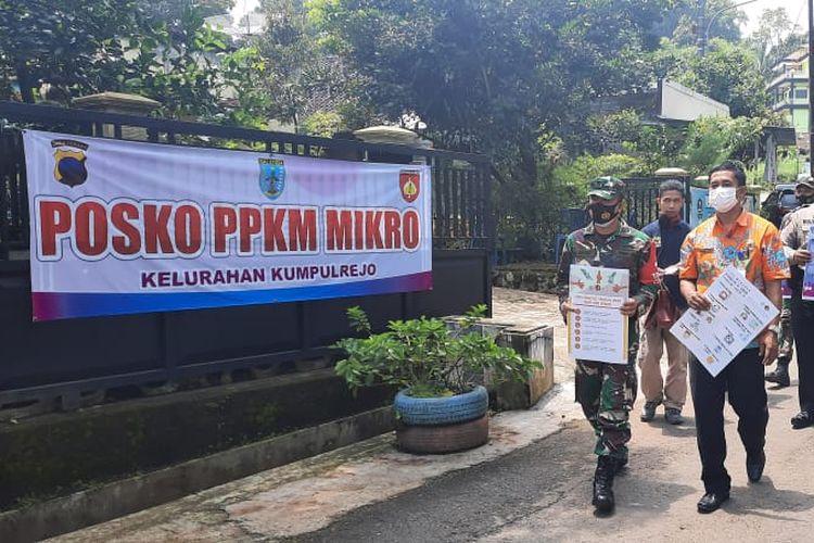 Petugas melakukan sosialiasi 5M secara door to door di Kelurahan Kumpulrejo