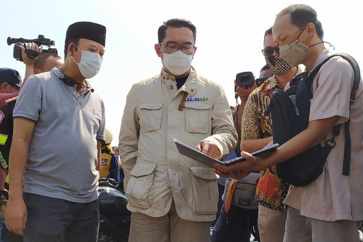 Gubernur Jawa Barat Ridwan Kamil mengecek lokasi pembangunan masjid hasil rancagannya di Purwokerto, Kabupaten Banyumas, Jawa Tengah, Sabtu (24/10/2020).