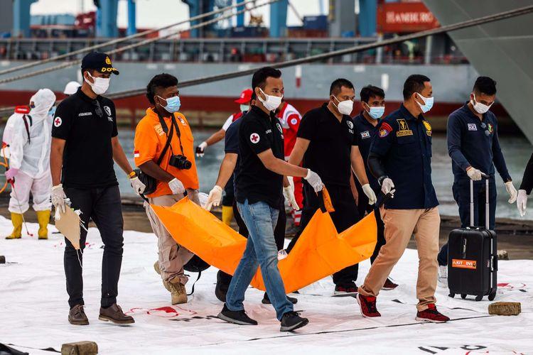 Petugas gabungan membawa bagian pesawat Sriwijaya Air SJ 182 rute Jakarta - Pontianak yang jatuh di perairan Pulau Seribu di Dermaga JICT 2, Tanjung Priok, Jakarta Utara, Minggu (10/1/2021). Temuan bagian pesawat selanjutnya akan diperiksa oleh Komite Nasional Keselamatan Transportasi (KNKT) sedangkan potongan tubuh korban diserahkan kepada DVI Polri untuk identifikasi lebih lanjut.