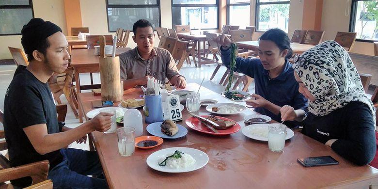 Sensasi menikmati kuliner olahan ikan bandeng yang disajikan Rumah Makan Pak Elan II di Gresik, Jatim, Jumat (17/8/2018).