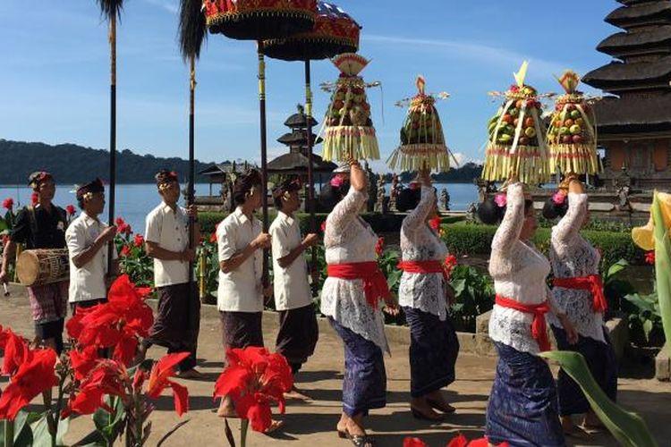 Parade budaya yang berlangsung saat pembukaan Ulun Danu Beratan Culture & Art Festival di Tabanan, Bali. Festival ini berlangsung hingga 14 Agustus 2016 mendatang.