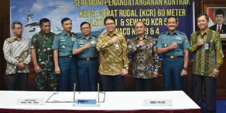 Jajaran Kemeneterian Pertahanan (Kemhan) dan TNI bersama petinggi PT PAL Indonesia berfoto bersama usai penandatangan kerja sama membangun Kapal Rudal Cepat di Surabaya, Senin (25/2/2019).