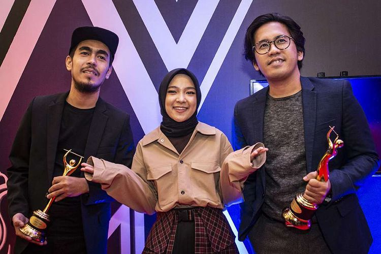 Grup musik Sabyan Gambus berpose dengan memegang piala penghargaan pada Malam Anugerah Musik Indonesia (AMI) 2019 di Jakarta, Rabu (27/11/2019). Sabyan Gambus berhasil meraih penghargaan AMI 2019 untuk kategori karya produksi lagu berlirik spiritual Islami terbaik.
