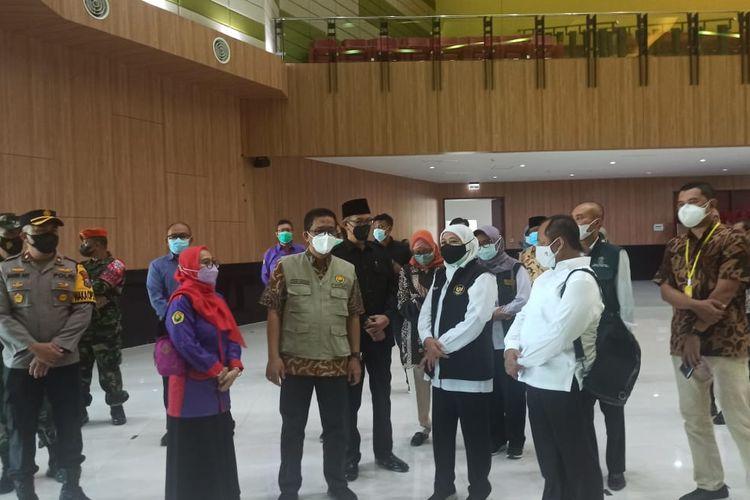 Gubernur Jawa Timur Khofifah IndarParawansa meninjau proses vaksinasi yang digelar oleh Keluarga Alumni Universitas Jember (Kauje) di Auditorium Unej Sabtu (21/7/2021)