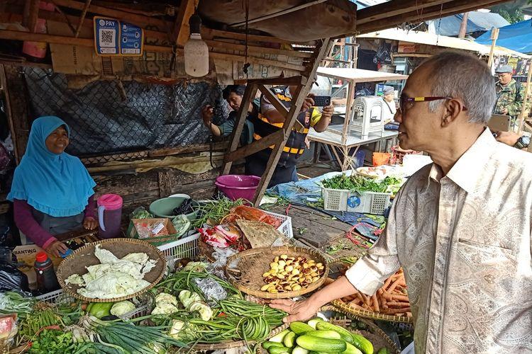 Dirjen Perdagangan Dalam Negeri, Kementrian Perdagangan (Kemendag) RI, Oke Nurwan melakukan pemantauan harga ke Pasar Kiaracondong, Kota Bandung, Selasa (26/11/2019).