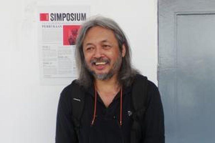 Seno Gumira Ajidarma diabadikan usai berbincang dengan Kompas.com di Galeri Nasional, Jakarta Pusat, Senin (15/6/2015).