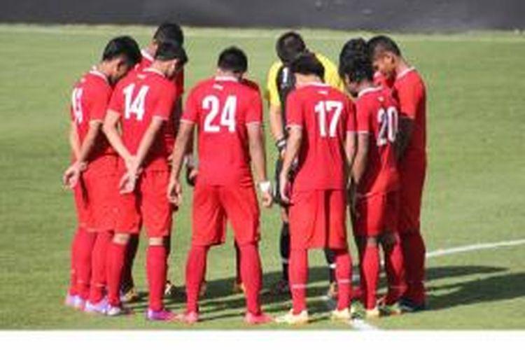 Pemain Tim Nasional Indonesia U-19 berdoa sebelum melakoni laga uji coba melawan Valencia B di Ciudad Deportivo de Paterna Valencia, Kamis (18/9/2014) malam WIB.
