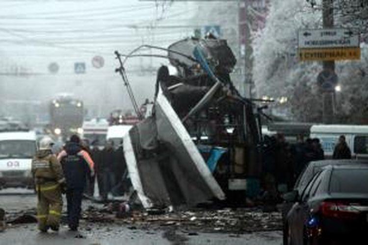 Petugas keamanan dan pemadam kebakaran dikerahkan ke lokasi ledakan bom di sebuah trolleybus di Volgograd, Rusia, Senin (30/12/2013) pagi.